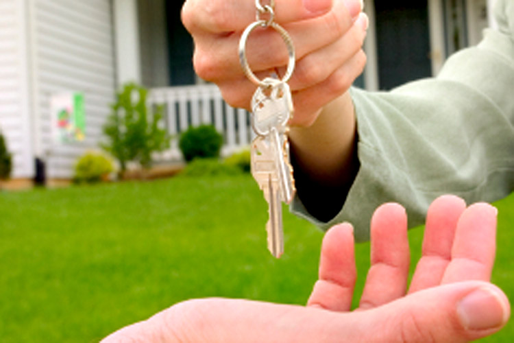 mortgage-broker-handing-keys